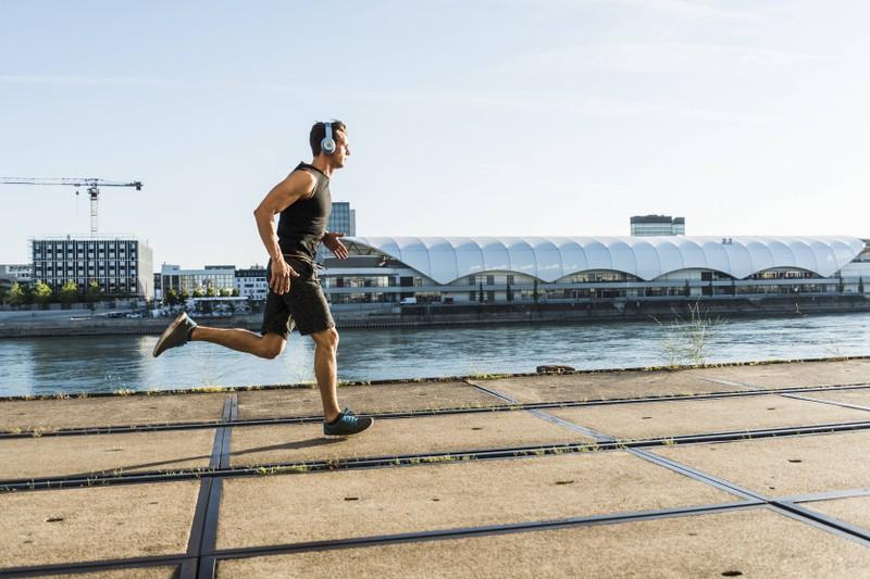 Ein Mann, der joggen geht und damit abnehmen und trainieren will
