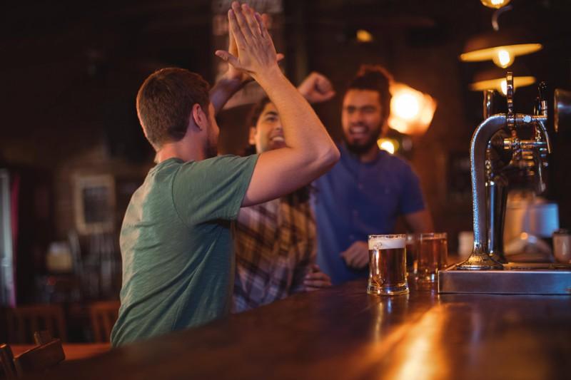 Freunde treffen sich mal wieder in einer Bar