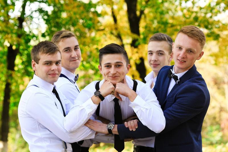 Männer halten oft an Freundschaften aus der Schulzeit fest