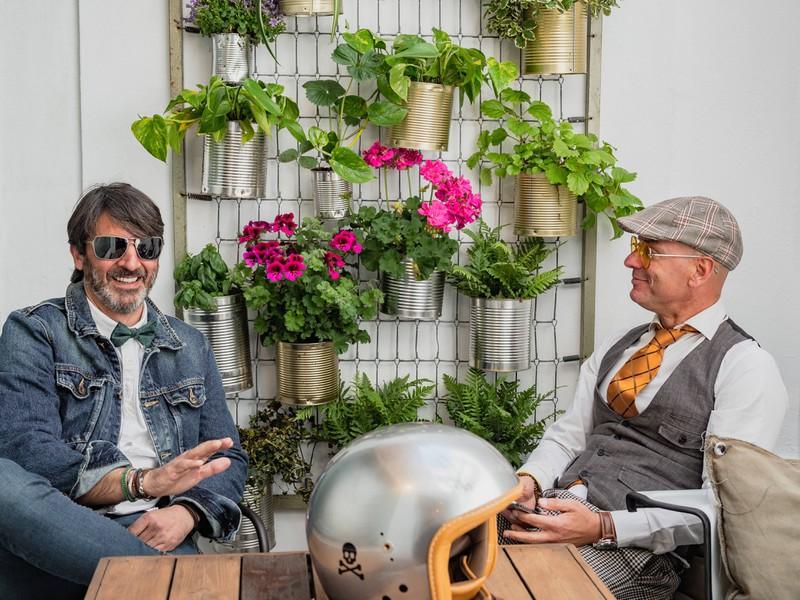 Zwei Männer teilen gemeinsame Hobbys