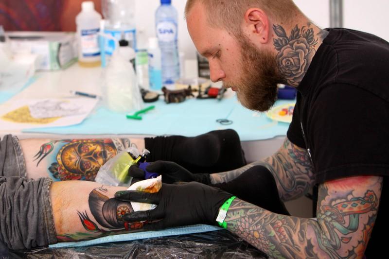 Den Tätowierer sollte man sich gut aussuchen, sonst kann das Tattoo zu einem unangenehmen Fehler werden