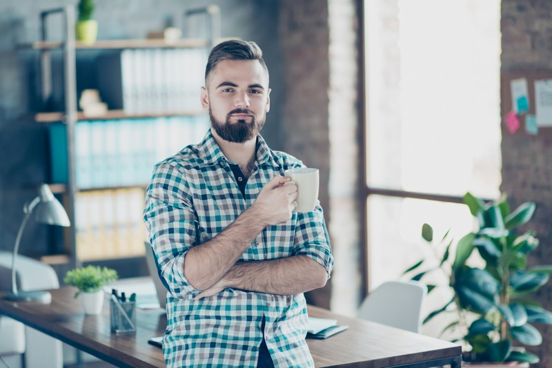 Ein Mann trinkt grünen Tee, um abzunehmen