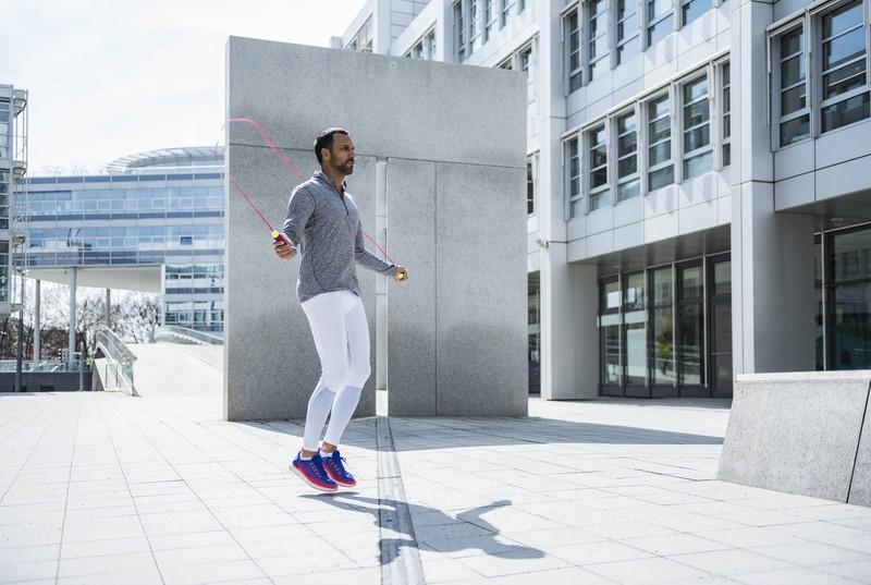 Auch das Seilspringen ist eine geeignete Übung für zu Hause, wenn die Fitnessstudios geschlossen haben