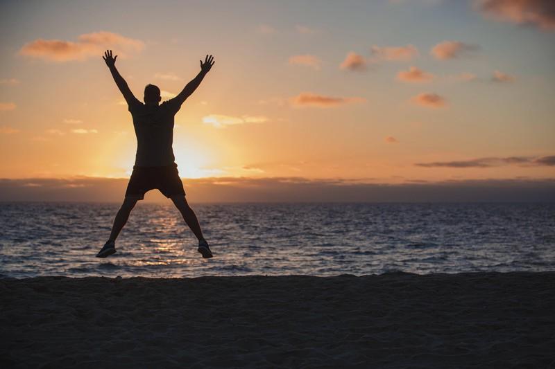 Der Hampelmann oder Jumping Jacks ist eine gut geeignete Übung fürs Cardio-Training