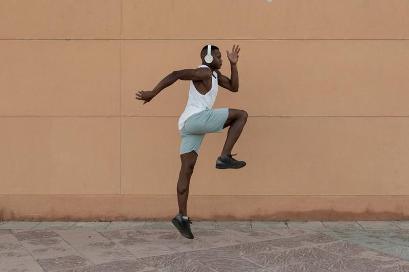 Der Kniehebelauf ist nicht nur eine der beliebtesten Aufwärmübungen, sondern auch perfekt fürs Cardio-Training für zu Hause geeignet