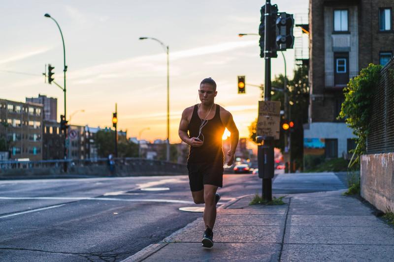 Ein Mann joggt und hält sich damit fit