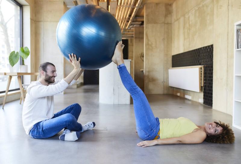Ein Gymnastikball ist zuhause sehr praktisch.