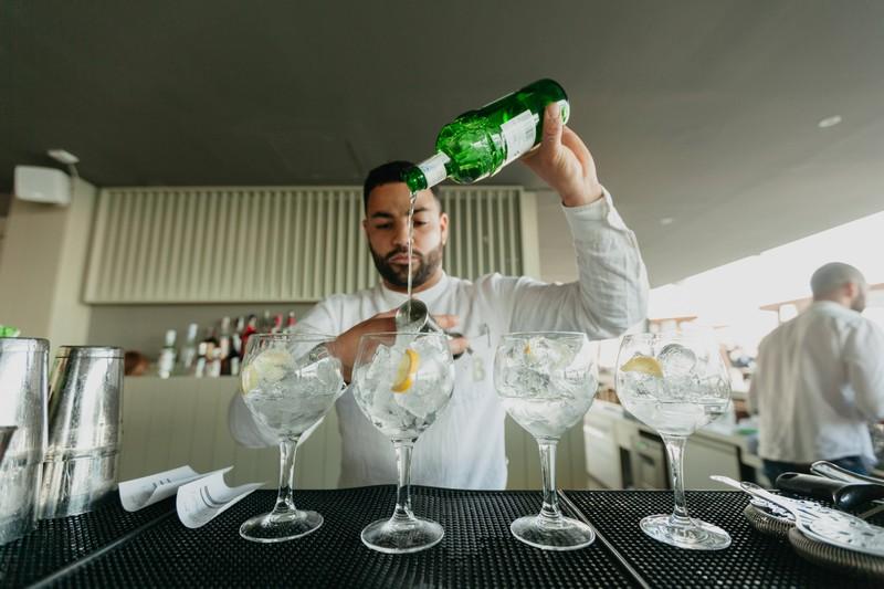 Ein Barkeeper mixt Drinks