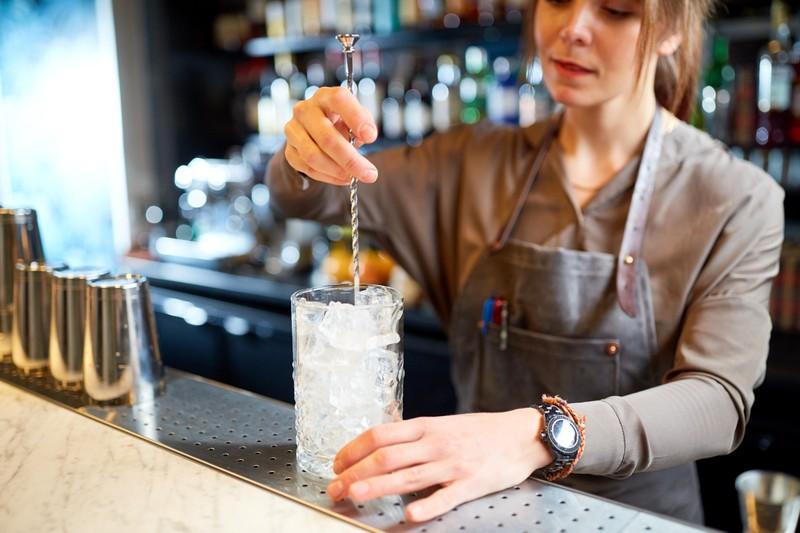 Ein Cocktail wird umgerührt