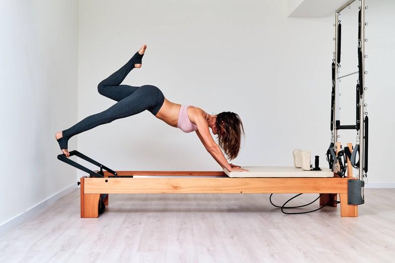 Eine schöne Frau geht trainieren