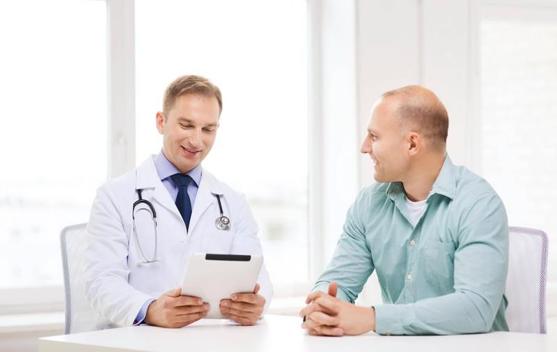 Ein beratendes Gespräch beim Arzt kann für Sicherheit sorgen.